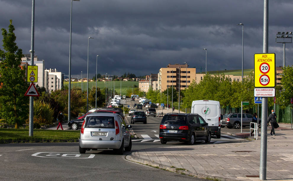 Señales de limitación de velocidad en la avenida Unión Europea de Sarriguren.