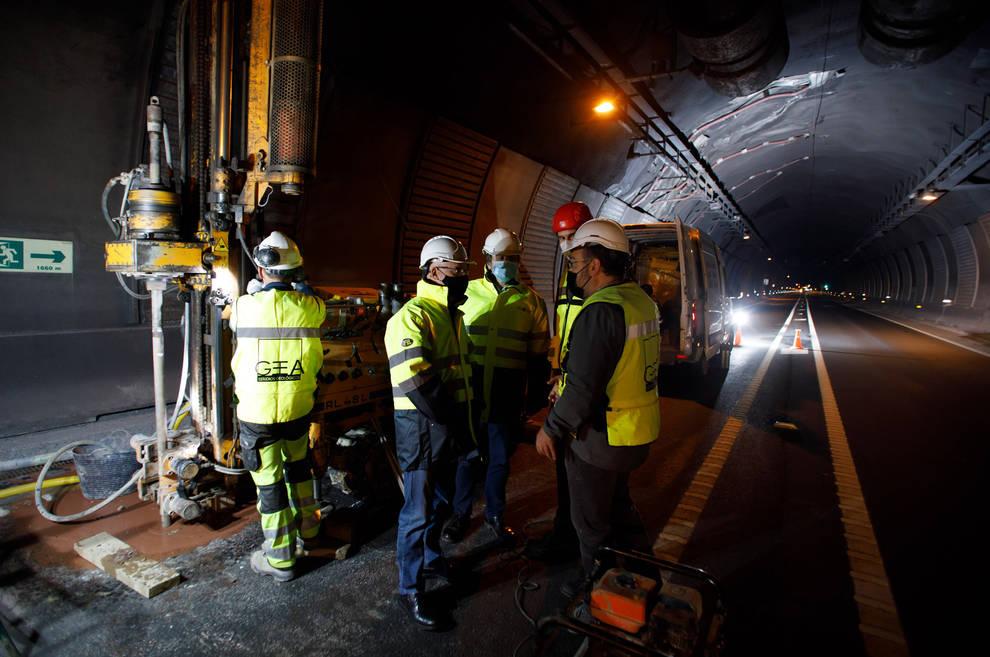 El consejero Bernardo Ciriza y el director general de Obras Públicas e Infraestructuras, Pedro López, en un momento de la visita a los sondeos en el túnel de Belate.