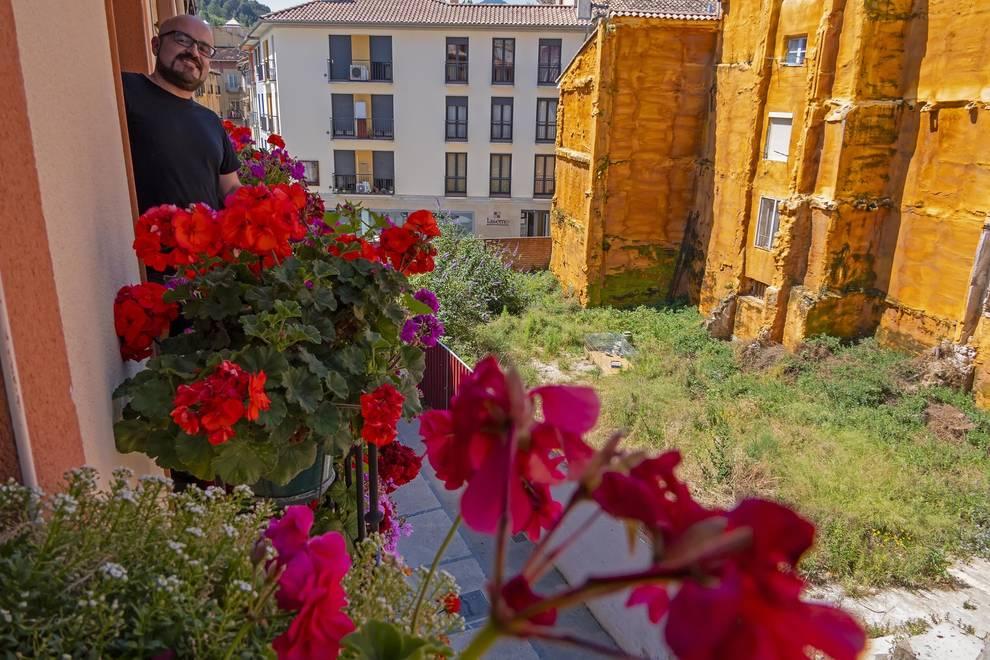 Benito Rivas, segundo premio, entre flores en la calle del Puy.
