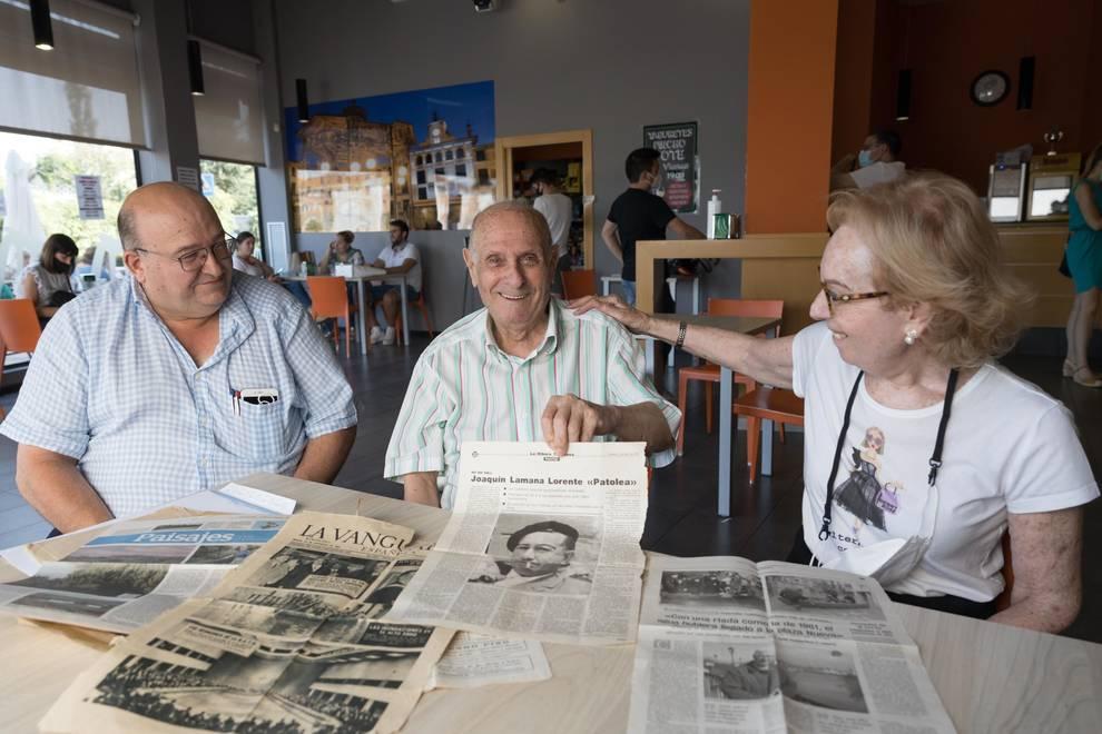 EN FAMILIA Inocencio Lamana, en el centro y acompañado de su hijo Inocencio y su sobrina Fefa Lamana, muestra algunos artículos sobre su padre, Joaquín, y la familia Patolea.
