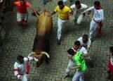 Joven enganchado por un toro a la entrada de la plaza de toros