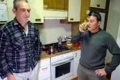 Una familia de Jaén trabaja en la campaña del espárrago de Navarra