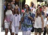 Doña Sofía, doña Letizia y las infantas, de paseo en Palma