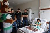 Visita del Helvetia Anaitasuna a los niños ingresados en el CHN