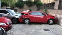 Dos coches empotrados contra la pared del bar Rex