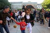 Fotos de la salida de la Comparsa de gigantes y cabezudos en el centenario de La Pamplonesa