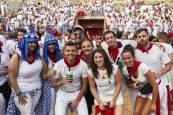 Ambiente festivo con las peñas de San Fermín