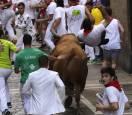 Peligroso último encierro de San Fermín con toros de Miura. RODRIGO JIMÉNEZ