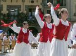 Los ex danzaris bailan la Era en homenaje al folclore estellés