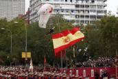 Un paracaidista choca contra una farola en el desfile militar