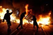 La policía carga contra los manifestantes junto a la Delegación del Gobierno de Barcelona