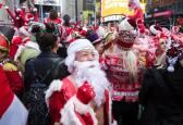 Papá Noel y otros personajes navideños en el Santacon de Nueva York