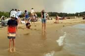 Los voraces incendios acorralan a miles de personas en playas en Australia