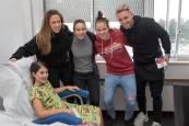 Visita de jugadores y jugadoras de Osasuna a niños hospitalizados