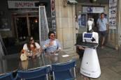 Fotos de un robot camarero en la Plaza del Castillo