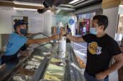 Fotos del consumo de helados durante la epidemia de coronavirus en Pamplona