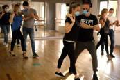 Fotos de una clase de baile en la academia Salsemba de Pamplona