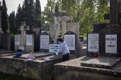 Preparativos para Todos los Santos en el cementerio de Pamplona