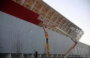 El rojo cubre la fachada de El Sadar