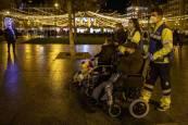 Fotos del paseo de Pilar Martínez y Faustino Cámara por Pamplona gracias a voluntarios de la DYA