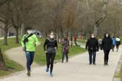 La semana en imágenes: los corredores con mascarilla y los contagios en los colegios