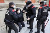 Momentos de tensión frente al Parlamento de Navarra en el 8M