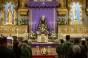 Fotos de la eucaristía con la Dolorosa en el altar central de la iglesia de San Lorenzo