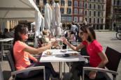 Fotos de clientes en los bares de Pamplona antes de que vuelvan a cerrar el interior de la hostelería