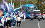 Los aficionados de la Real reciben al autobús con la Copa del Rey