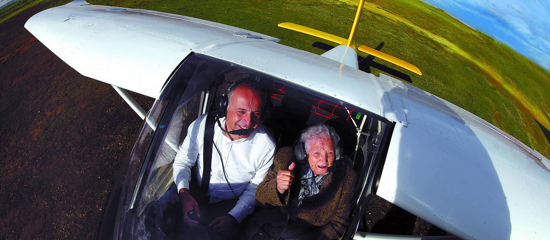 El instructor de 1903 Escuela de Vuelo, Rudi Ortiz Besga, y su copiloto,  Pilar Martínez Sesma, de 90 años, sobrevolaron principalmente la Bardena y Caparroso.