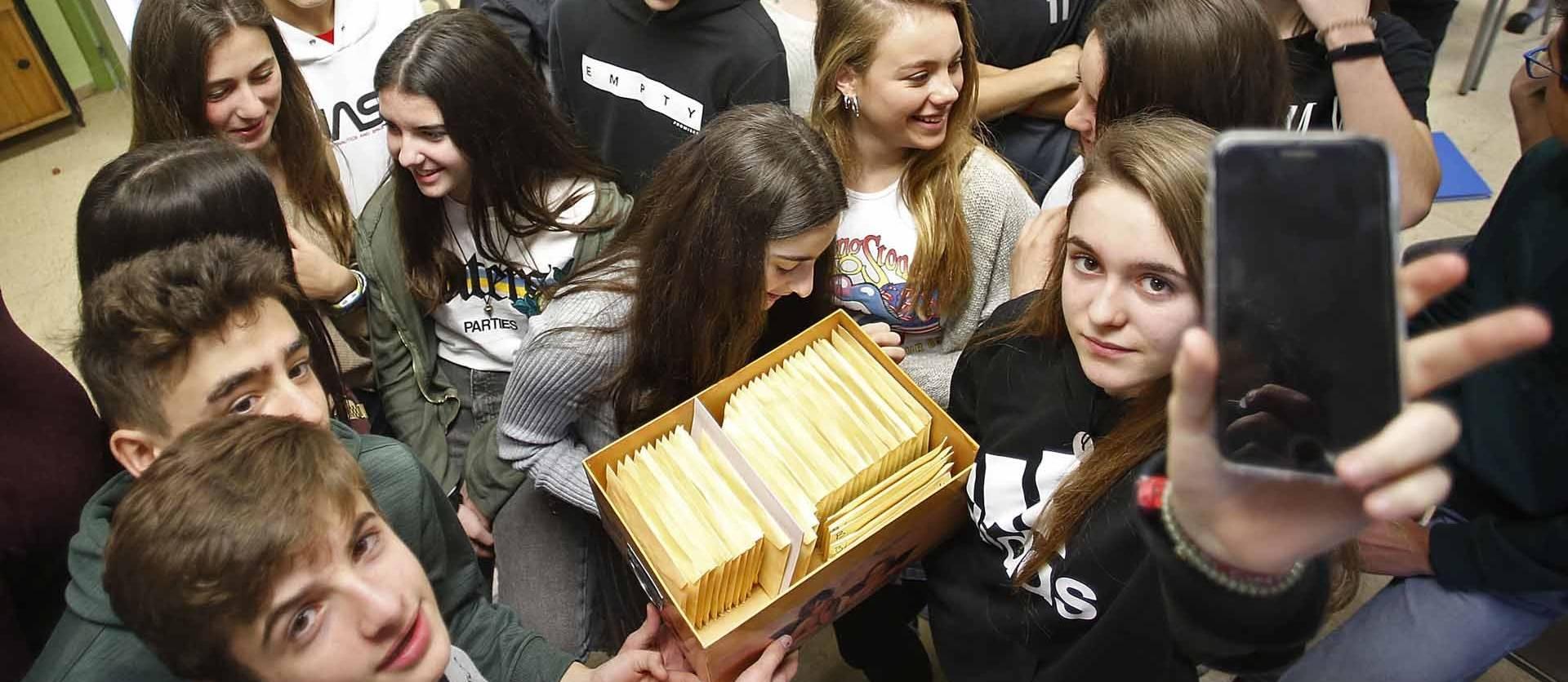 Foto de alumnos de 4º de la ESO de Claret Larraona recuperan su dispositivo después de una semana entregado de forma voluntaria.