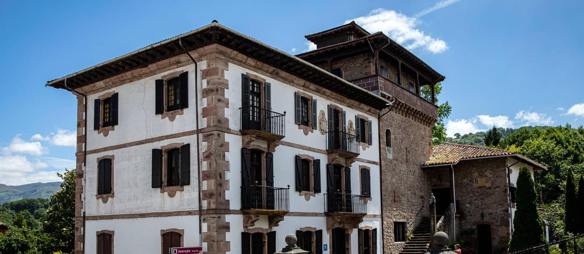 Palacio Jauregia de Irurita, en el que se distingue la torre bajomedieval, del siglo XV, al fondo, y el palacio barroco  anexo, del siglo XVIII.