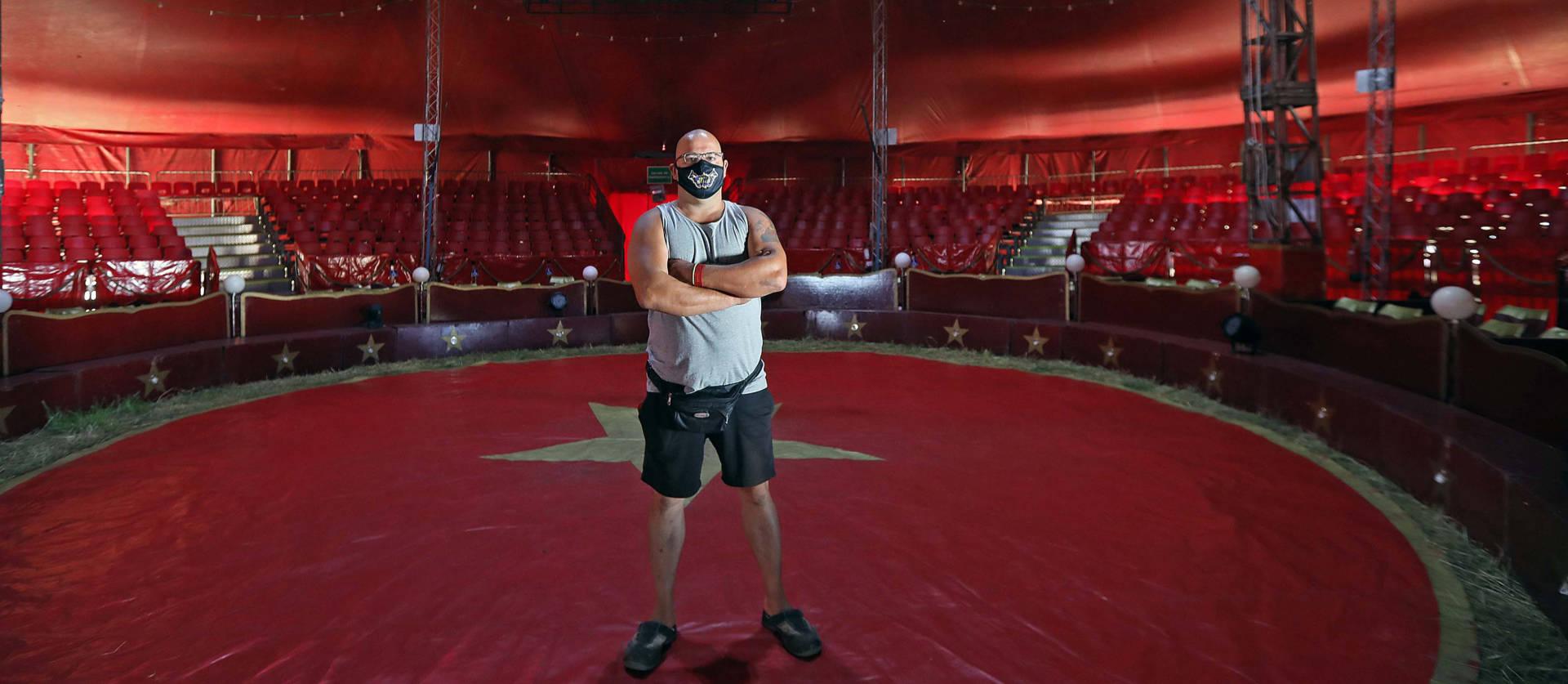 Justo Sacristán Antolín, director del Circo Holiday, en el interior de la carpa. El uso de la mascarilla es imprescindible para todo el personal del circo.