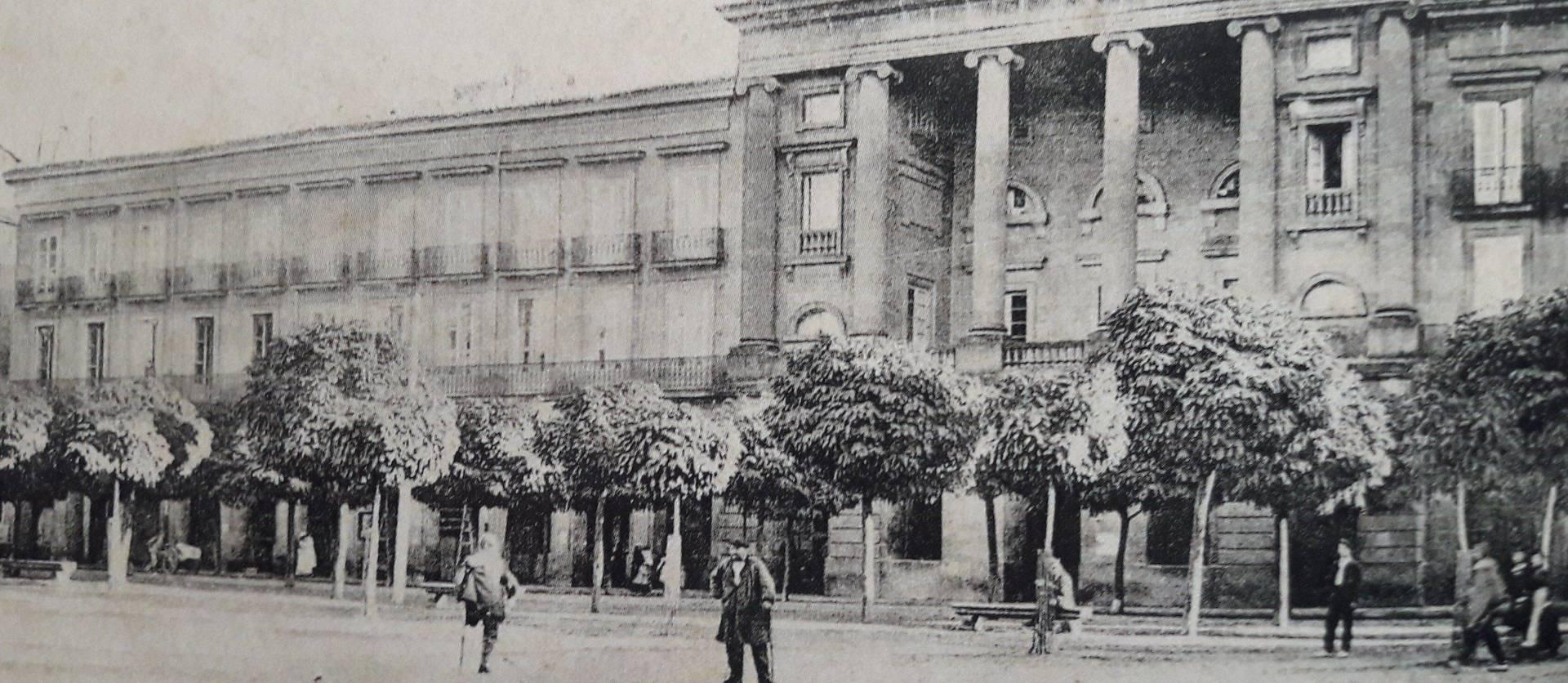 Fachada del antiguo teatro Gayarre en 1905, cuando estaba en la plaza del Castillo, entre el palacio de la Diputación y la casa del Crédito Navarro.