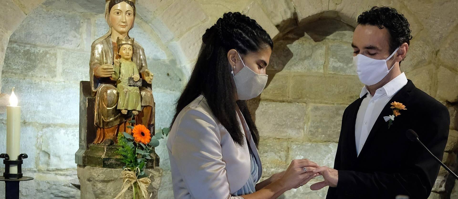 Foto de los novios se colocan los anillos frente a la copia de la Virgen de Eunate, cuyo original fue robado años atrás.