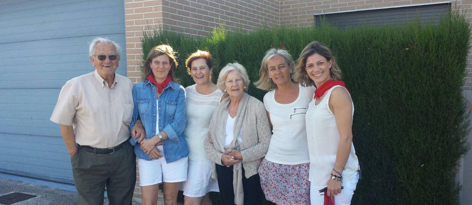 Foto de Julián Muguerza, con sus hijas y su mujer: Ana, Begoña, Ana María, Marisa e Itziar.