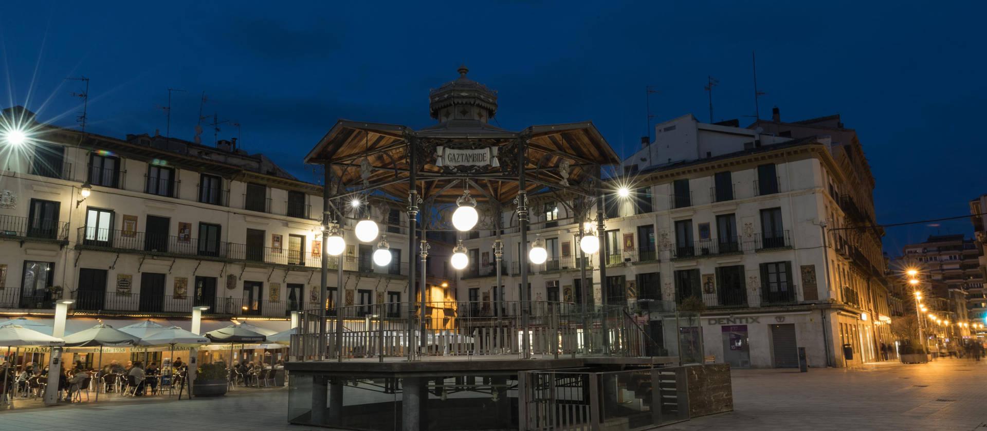 Imagen nocturna del quiosco de la plaza de los Fueros que este año cumple un siglo de historia desde su instalación en 1921.