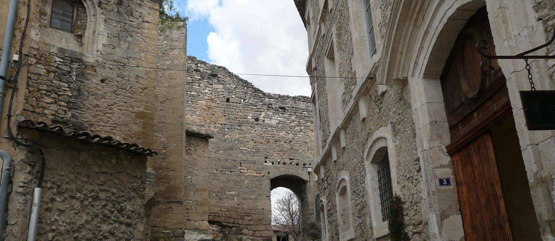 Solar de los señores de Caumont, situado en la región de Aquitania, departamento de Gironda, en el distrito de Langon.