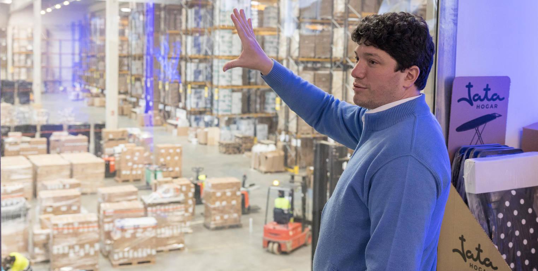 Guillermo García, director general de Electrodomésticos Jata, explica el almacén de logística que la empresa tiene en Tudela.