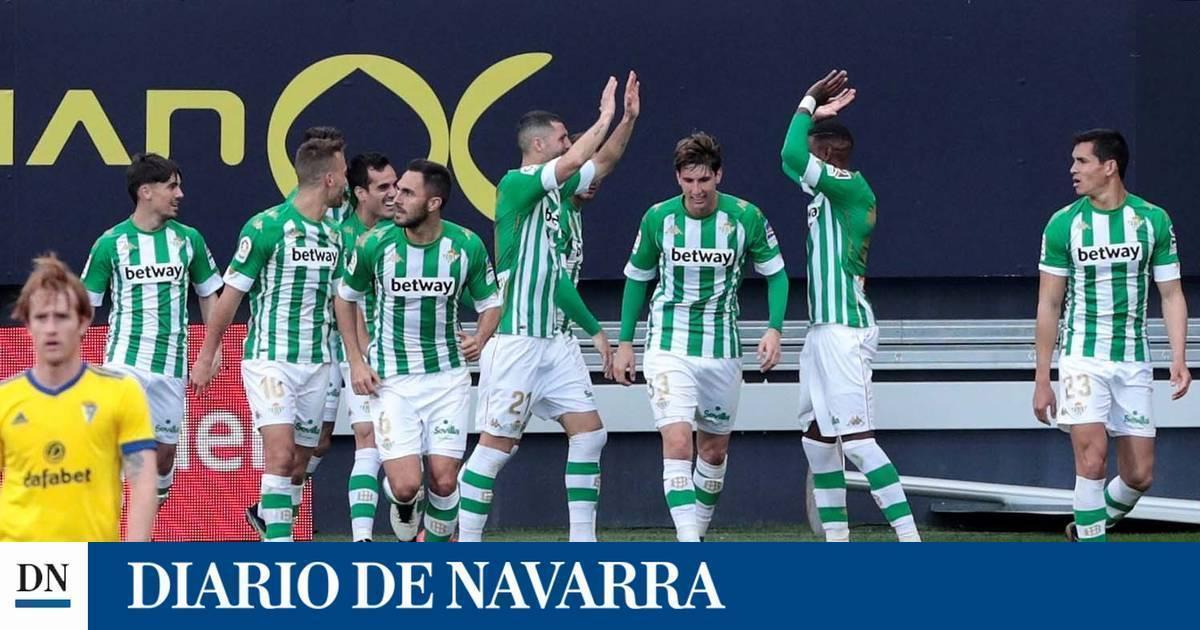 Un gol de Juanmi derriba la muralla gaditana y mete al Betis en Europa